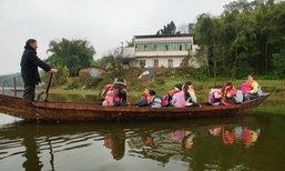 ครูผู้เสียสละ พายเรือข้ามอ่างเก็บน้ำรับ-ส่งเด็กนักเรียนทุกวันนานกว่า 10 ปี