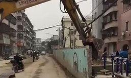 นาทีระทึก! คนงานจีนขับรถแบคโฮรื้อกำแพงล้มทับ จยย. ร่างถูกฝังมิด
