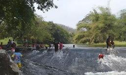 ชาวสุโขทัยแห่ลงเล่นน้ำในฝายแม่ถันเพื่อคลายร้อน