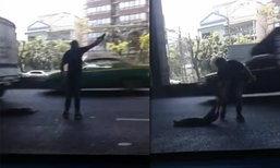 หนุ่มใจหล่อ..เสี่ยงไปกลางถนน เก็บสุนัขถูกรถชนไว้ริมทาง