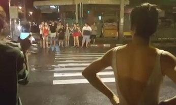 ตำรวจกุมขมับ! สาวประเภทสองตะโกนด่ากันกลางสี่แยก