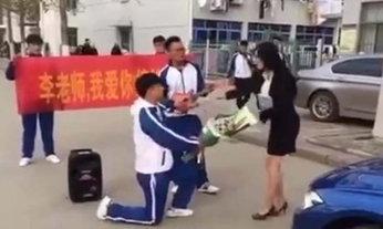 เล่นของสูง! นักเรียนชาย คุกเข่าขอแต่งงาน ทำเอาครูสาวถึงกับของขึ้น
