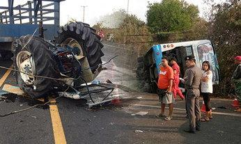 รถไถประสานงาเก๋ง ก่อนรถทัวร์ชนซ้ำ คว่ำเจ็บอื้อที่ลพบุรี