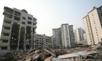 สู้ระทึก! หญิงจีนอาศัยชั้น7 ตึกโดนทุบแล้ว 5ชั้น