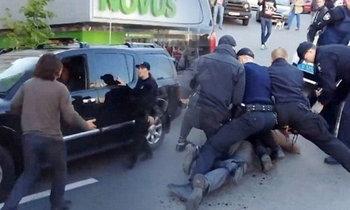 อดีตนักมวยปล้ำ ไม่ยอมให้จับกุม เผชิญหน้าสู้ตำรวจนับสิบ