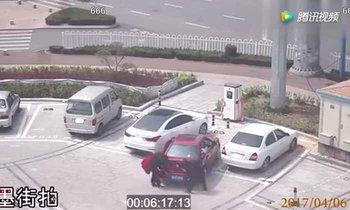 สาวจีนยกรถ หลังขับเข้าจอดเองไม่ได้ แต่สุดท้ายขำกันหนักมาก!