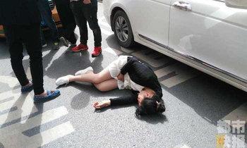 วิจารณ์สนั่น! หญิงท้องถูกถีบล้มฟุบ หลังพยายามไกล่เกลี่ยรถเฉี่ยวชนกัน