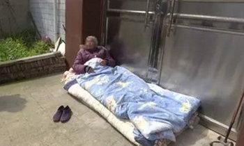 แม่วัย 82 ไปหาลูกชายแต่ถูกไล่ไม่ให้อยู่ด้วย เสียใจนอนหน้าประตูบ้านกว่า 3 วัน