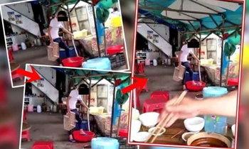 อึ้งหนัก! พนง.แผงขายอาหารใช้เท้าล้างผัก ลูกค้านั่งกินข้าวข้างๆ