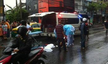 พ่อแม่ขี่รถส่งลูกไปเรียน ฝนตกลื่นล้ม เก๋งทับซ้ำดับ 2 ศพ