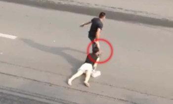 วิจารณ์หนัก ผู้หญิงถูกชายฉกรรจ์จิกหัวลากกลางถนน ตำรวจไม่กล้าเข้าช่วย
