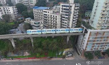 ล้ำไปอีก! รถไฟฟ้าวิ่งทะลุผ่านตึกที่จีน