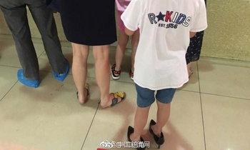 ชาวเน็ตจีนแห่แชร์ภาพชวนยิ้ม หนุ่มน้อยสลับรองเท้าตัวเองกับแม่