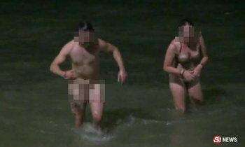 ผัวเมียต่างชาติเมามีเซ็กส์โชว์ริมหาด ไม่สนชาวบ้านมุงถ่ายรูป