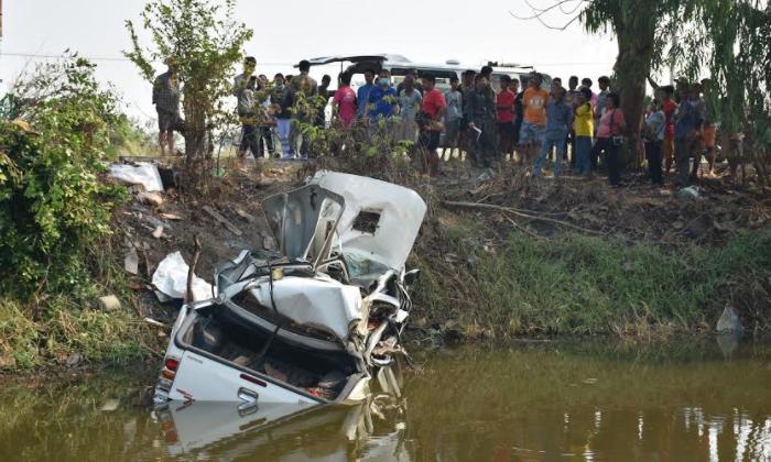 ไปไม่ถึงงานบวช สาวขับกระบะชนต้นไม้ก่อนไถลตกน้ำ ดับ 2 ศพ