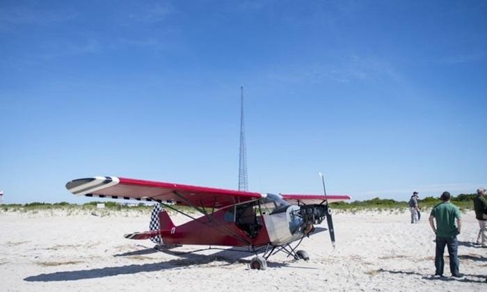 """เครื่องบินปริศนาร่อนจอดริมหาด ตร.แกะรอยหา """"นักบิน"""" ไม่เจอตัว"""