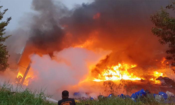 ไฟไหม้โรงงานพลาสติกวอด ไร้คนเจ็บ-เสียหายนับล้าน