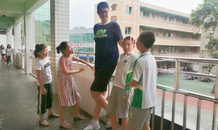 ส่วนสูง 2.06 เมตร! เด็กชายจีนวัย 11 ขวบ ว่าที่เด็กชายที่สูงที่สุดในโลก