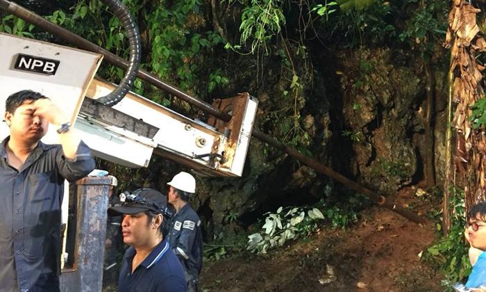 เจาะถ้ำหลวงระบายน้ำกลางสายฝน สำรวจเจอ 9 โพรง สูงชันต้องใช้นักไต่เขา