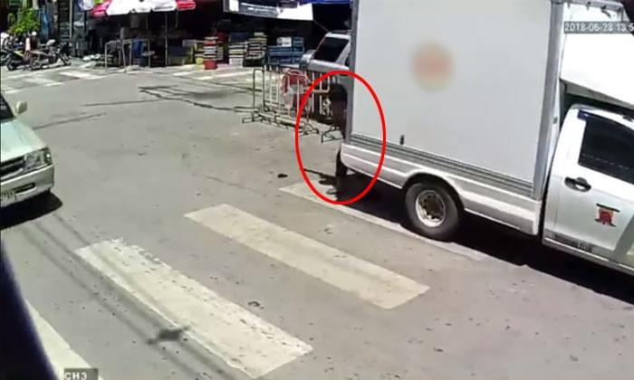 ปิกอัพถอยชนหญิงชรากำลังข้ามทางม้าลาย ล้มกระแทกพื้น (มีคลิป)