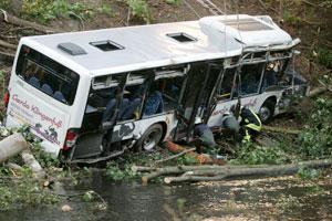 รถโดยสารตกสะพานในอินเดีย มีนักศึกษาเสียชีวิต 26 คน