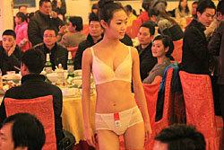ร้านอาหารจีนโชว์หวิว จัดเดินแบบชุดชั้นในสุดเซ็กซี่
