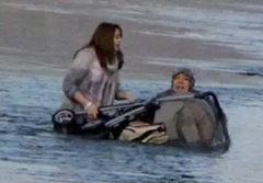 นาทีชีวิต! คุณแม่เมืองผู้ดีเข็นรถลูกตกทะเล