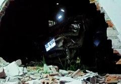 หนุ่มใต้เมาทะเลาะเมีย ซิ่งรถชนบ้านทะลุผนัง