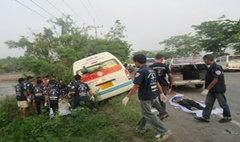 รถตู้สายปราจีนฯ กทม.อัดท้ายสิบล้อผู้โดยสารดับ 2 ศพ