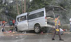 รถตู้กลับจากงานรับปริญญา ชนต้นไม้ดับ 7 ศพ