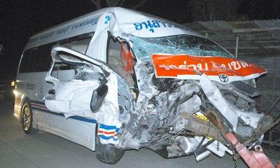 รถตู้อนุสาวรีย์-สุพรรณฯ ชนสิบล้อ ผู้โดยสารเจ็บอื้อ