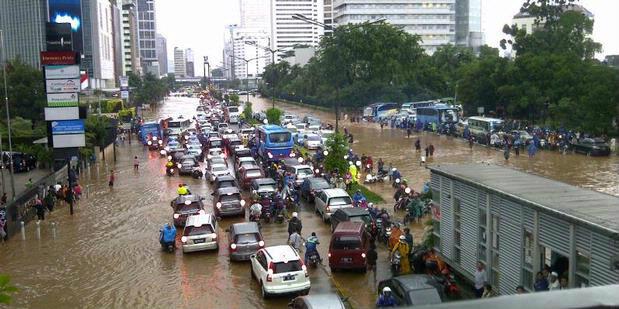 """""""จาการ์ต้า""""อัมพาต น้ำท่วมหนักทั่วกรุง ไม่เว้นย่านธุรกิจ ขณะฝนยังตกหนักต่อเนื่อง"""