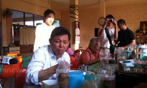 พงศพัศหาเสียงที่บ้านบางแคกินข้าวร่วมผู้สูงอายุ