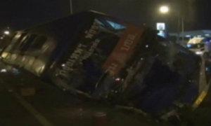 รถโดยสารปรับอากาศ พลิกคว่ำ บาดเจ็บ 18 คน