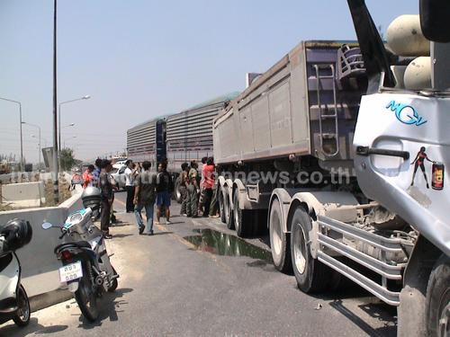รถ18ล้อ เบรกแตก ชนรถพ่วงปทุมฯ เจ็บ2ราย