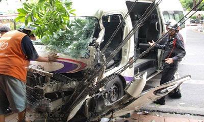 รถตู้ซิ่งหักหลบเก๋งอัดก็อบปี้ข้างทาง ผู้โดยสารขาเกือบขาด