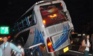 รถบรรทุก 6 ล้อ เสยท้ายรถทัวร์ โดยสาร เคราะห์ดีแค่บาดเจ็บเล็กน้อย