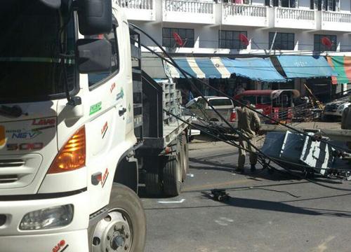 รถพ่วงชนเสาไฟทับเก๋ง10คันประชาอุทิศเจ็บ1