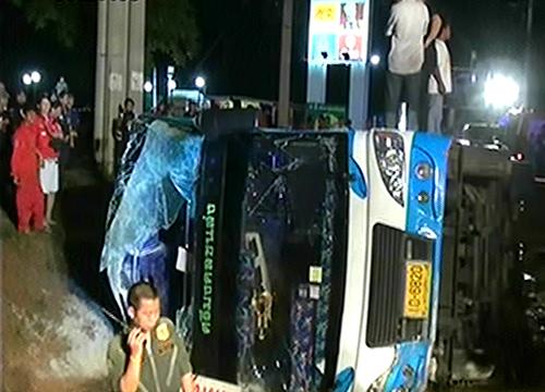 รถทัวร์พัทยา-อุบลฯเสียหลักตกข้างทางปราจีนบุรีเจ็บ40
