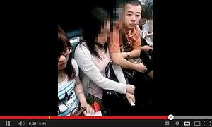 ถ่ายคลิปแฉ! หนุ่มหื่นทำเนียนจับหน้าอกสาวที่จีน