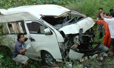 รถตู้หลับในพลิกคว่ำตกถนนพังยับ ผู้หญิงกระเด็นดับสยอง 4 ศพ