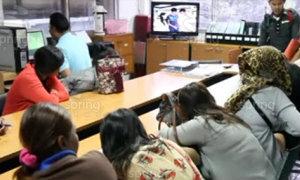 ตร.ชลฯ จับหญิงขายบริการหน้าศาลาประชาคมกลางวันแสกๆ นับสิบราย