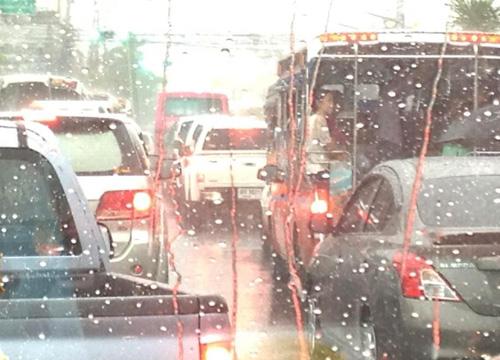 กทม.ฝนตกหนักร่วม2ชม.รถติด-น้ำขังหลายจุด