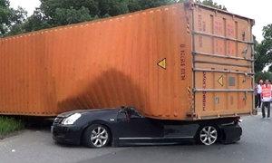 เหลือเชื่อ คอนเทนเนอร์ใหญ่ร่วงทับรถยนต์แบน เจ้าของรถสุดดวงแข็ง รอดตายเฉย!