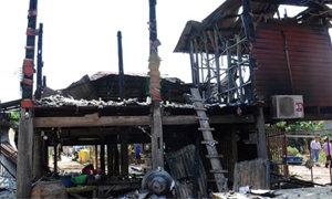 หนุ่มคลั่งยาเผาบ้าน โยนแม่ชราหนีไฟจากชั้น 2
