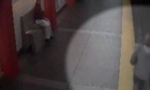 สาวคุยมือถือเพลิน เดินตกรางรถไฟฟ้าหวิดดับ