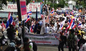 ม็อบ คปท. บุกพรรคเพื่อไทยเป่านกหวีดไล่รัฐบาล