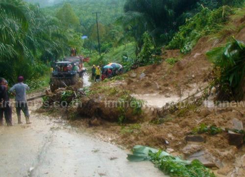พายุซัดชุมพรบ้านพัง-ดินถล่มขวางถนน