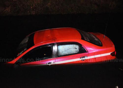 แท็กซี่หลุดโค้งตกคูน้ำ จ.ปทุมธานี ไร้เจ็บ