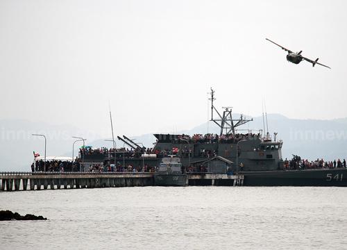 ทหารเรือตราดนำเด็กลงเรือรบชมเครื่องบินโชว์